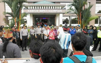 Puluhan warga Desa Tumbang Kalemi, Kecamatan Katingan Tengah menggelar aksi demo damai di Kantor Bupati Katingan, Kamis (13/10/2016). BORNEONEWS/ABDUL GOFUR