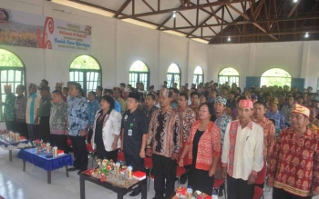 Bupati Barito Utara, H Nadalsyah, Ketua DPRD Barut Set Enus Y Mebas menyanyikan lagu Indonesia Raya, pada pembukaan Festival Tandak Intan Kaharingan, Kamis (13/10/2016). BORNEONEWS/PPOST/AGUS SIDIK