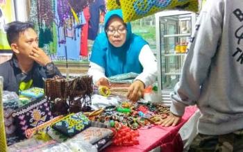 Toko souvenir khas Pangkalan Bun, dan Kalimantan Tengah, di Kotawaringin Barat. Selama pelaksanaan Festival Keraton Nusantara X tahun 2016, tidak terasa peningkatan penjualan mereka. BORNEONEWS/FAHRUDDIN FITRIYA