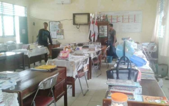 Ruang guru MTsN Muara Teweh, Kabupaten Barito Utara disatroni maling. Tampak anggota Polres Barut sedang melakukan penyelidikan, Kamis (13/10/2016).(BORNEONEWS/AGUS SIDIK)