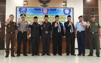 Bupati Kobar, Bambang Purwanto (empat kiri), dan Kepala BNN Kalteng Kombes Sumirat Dwiyanto (lima kiri) bersama unsur muspida menunjukkan aksi stop narkoba di aula Pemda Kobar, Kamis (13/10/2016). BORNEONEWS/CECEP HERDI
