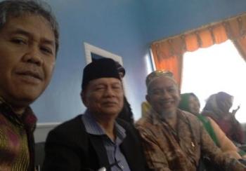 Sultan Pagaruyung (tengah) berselfie di ruang tunggu VVIP Bandara Iskandar sebelum naik ke pesawat. BORNEONEWS/YOHANES S WIDADA