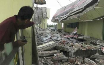 Mualimi, menunjukan lokasi reruntuhan di atas atap masjid agung. Kamis Sore (13/10/2016) Runtuhnya atap terjadi saat hujan deras pada jam 15.30 WIB saat selesai solat ashar. BORNEONEWS/ANDRE