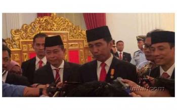 Presiden Joko Widodo, didampingi Menteri ESDM Ignatius Jonan (kiri) dan Wakil Menteri ESDM Arcandra Tahar, di Istana Merdeka, Jakarta, Jumat (143/10/2016). INILAH.COM