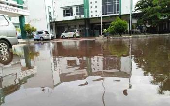 Banjir yang menggenangi halaman depan poliklinik dan UGD RSUD dr Murjani Sampit, baru-baru ini.