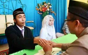 Pasangan pengantin saat mengucapkan ijab kabul di Kantor Urusan Agama (KUA) Kecamatan Mentawa Baru Ketapang Sampit, Jumat (14/10/2016). BORNEONEWS/RAFIUDIN