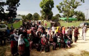 Sejumlah warga Desa Bina Bhakti saat antre menunggu giliran sebelum melakukan pemungutan suara pada Pilkades, baru-baru ini. BORNEONEWS/HENDI NURFALAH