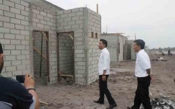 Bupati Kotim Supian Hadi didampingi Kepala Dispertasih Juanda saat meninjau proses pembangunan perumahan untuk nelayan di Desa Ujung Pandaran,Kecamatan Teluk Sampit. BORNEONEWS/RAFIUDIN
