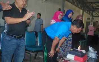 Sekretaris Daerah Kabupaten Barito Utara Jainal Abidin menyempatkan meniup lilin kue HUT ke-53, pada acara syukuran, Jumat (14/10) di Rujab Sekda Barut. BORNEONEWS/AGUS SIDIK