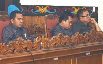 Ketua Komisi III DPRD Kotim Rimbun (tengah) dalam Rapat Paripurna DPRD Kotim, beberapa waktu lalu. Jumat (14/10/2016), Rimbun meminta pemerintah daerah memaksimalkan penanganan anak jalan, gelandangan dan pengemis. BORNEONEWS/DOK