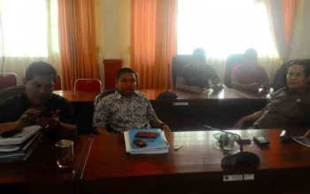 Wakil Ketua I DPRD Kapuas, Robet Linuh Gerung (kanan), bersama rekan, di ruangan gabungan Komisi. BORNEONEWS/DJEMMY NAPOLEON