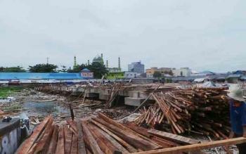 Bupati Kabupaten Kotawaringin Barat menegaskan bahwa seluruh pedagang Pasar Tembaga Indah akan dikembalikan ke Pasar Indra Sari setellah pembangunan pasar selesai. Sementara pasar relokasi Tembaga Indah akan dikembalikan ke fungsinya semula untuk fasilita