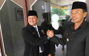 Kepala BNNP Kalteng Kombespol Sumirat Dwiyanto (kiri) salam komando dengan Bupati Kobar, Bambang Purwanto di aula Pemda Kobar usai melantik kepala BNNK Kobar definitif Kamis (13/10/2016). Sumirat setuju bandar narkoba dite,bak di tempat. BORNEONEWS/CECEP