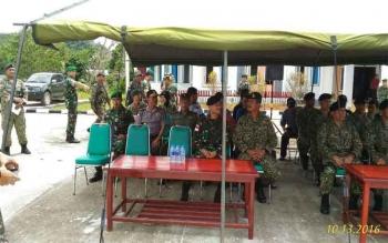 Kasilogrem 121 Abw membuka upacara Patroli Koordinas TNI-TDM Siri 2/2016, di lapangan kantor Kecamatan Badau, Kapuas Hulu, Kalimantan Barat, Kamis (13/10/2016). BORNEONEWS/KAPENDEM TANJUNGPURA