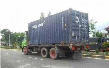 Tampak salah satu truk besar melintas di jalan Iskandar, Pangkalan Bun. Sudah dilarang, para supir tetap nekat. BORNEONEWS/FAHRUDDIN