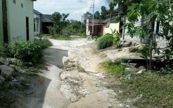Kondisi jalan di Komplek Perumahan Wengga IV Jalan Langsat, Kasongan, Kabupaten Katingan, yang memprihatinkan, sulit dilewati kendaraan saat musim hujan. BORNEONEWS/ABDUL GOFUR