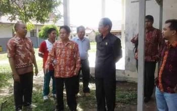 Anggota DPRD Gunung Mas, Herbert Y Asin (batik merah) bersama ketua DPRD Gumas Gumer (pakaian hitam) meninjau lokasi pembangunanm rumah dinas kepala sekolah dan nas guru SMPN 1 Kurun, Jumat (14/10/2016). BORNEONEWS/EPRA SENTOSA