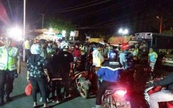 Sejumlah pengendara motor yang melintas di depan Mapolres Kotim sedang diperiksa kelengkapan berkendaranya, Sabtu (15/10/2016) malam. BORNEONEWS/HAMIM