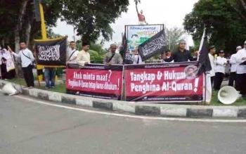 Aksi HTI di Bundaran Kecil depan Kantor Gubenur Kalteng. BORNEONEWS/ROZIKIN