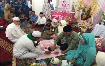 Gubernur Sugianto Sabran melaksanakan Tasmiyah dan Aqiqah anak perempuannya, Azka Aura Azzahra Binti Sugianto Sabran, Senin (17/10/2016), di Istana Isen Mulang, Rumah Jabatan Gubernur. BORNEONEWS/M. MUCHLAS ROZIKIN
