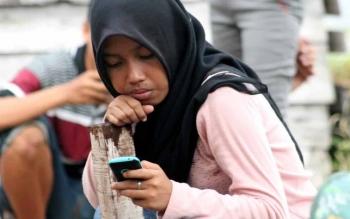 Pelajar SMA di Kuala Pembuang, Seruyan, mempergunakan telepon genggam. Sampai Senin (17/10/2016), Kecamatan Suling Tambun belum ada akses jaringan telekomunikasi. BORNEONEWS/PARNEN