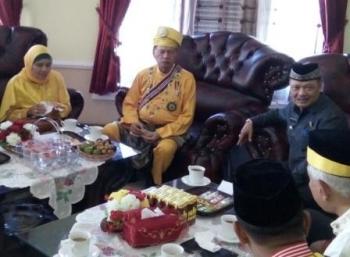 Sultan Mohammad Taufik Thaib dari Kesultanan Pagaruyung Sumatera Barat bertemu dengan bupati Lamandau, Marukan. Marukan menurut Sultan juga berdarah Pagaruyung. BORNEONEWS/HENDY NURFALAH
