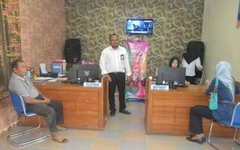 Kepala Kantor Pelayanan Penyuluhan dan Konsultasi Perpajakan (KP2KP) Barsel, Muhammad Rafie, memantau aktivitas warga yang sedang mengurus pajak. BORNEONEWS/URIUTU DJAPER