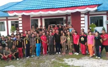 Kepala Satpol PP Gunung Mas, Tundan Tasin bersama anggota Satpol PP Gumas, beberapa waktu lalu. Senin (17/10/2016), Satpol menyatakan akan terus mengawasi tempat nongrong pemuda dan remaja. BORNEONEWS/EPRA SENTOSA
