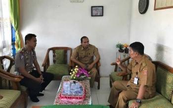 Kasatlantas Polres Kotawaringin Barat saat melakukan koordinasi dengan Camat Pangkalan Banteng terkait pelayanan Samsat di kecamatan itu. BORNEONEWS/FAHRUDDIN FITRIYA