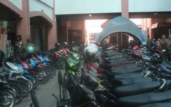 Tampak sepeda motor terparkir rapi di Pusat Perbelanjaan Mentaya Sampit. Diduga terjadi pungli besar-besaran dalam pengelolaan parkir di daerah ini. BORNEONEWS/RAFIUDIN