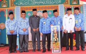 Gubernur Kalteng Sugianto Sabran menyerahkan trofi bergilir Gubernur Kalteng untuk MTQ Korpri III Kalimantan Tengah 2016, saat pembukaan di halaman Masjid Raya Darussalam Palangka Raya, Senin (17/10/2016).