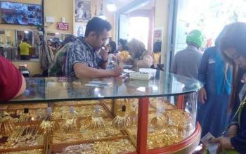Seorang penjual emas di Pusat Perbelanjaan Mentaya Sampit menunggu pembeli, Senin (17/10/2016). BORNEONEWS/RAFIUDIN