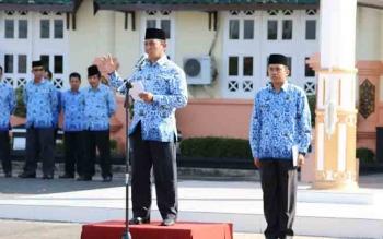 Bupati Pulang Pisau, H Edy Pratowo menyampaikan sambutan saat menjadi inspektur upacara di halaman Pemkab Pulang Pisau, Senin (17/10/2016). BORNEONEWS/JAMES DONNY