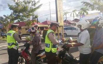 Petugas Satlantas Polres Kobar tengah melakukan razia di depan Mapolres Kobar baru-baru ini. BORNEONEWS/CECEP HERDI