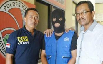 Anggota Sat Narkoba Polres Katingan mengapit Parma, tersangka pengedar sabu di Tumbang Samba. BORNEONEWS/ISTIMEWA