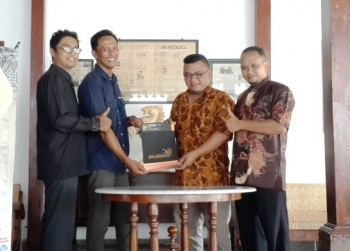 KERJASAMA WISATA – dilakukan antara Indonesia Green Tour dan Pusat Perbelanjaan Beringharjo, di Media Corner Avocado, Minggu (16/10). Dari kiri ke kanan: Antoni Nugroho (Humas Media Corner Avocado), Yofie Kamale (CEO Indonesia Green Tour), Gunawan Nugro