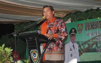 Bupati Seruyan Sudarsono saat menyampaikan sambutannya pada pembukaan rapat temu teknis perkebunan se-Provinsi Kalteng yang dibarengi ramah tamah, di pendopo rumah jabatan Bupati Seruyan, Senin (17/10) malam. BORNEONEWS/PARNEN