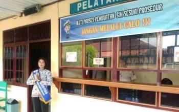 Polwan Cantik di Polres Barito Selatan sebagai pemandu di tempat pelayanan SIM. BORNEONEWS/URIUTU DJAPER