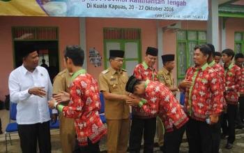 Bupati Murung Raya, Perdie M Yoseph, Selasa (18/10/2016), melepas Kafilah Lasqi Mura yang akan berlaga pada Festival Seni Qasidah V Kalimantan Tengah, di Kapuas, 22-26 Oktober 2016. BORNEONEWS/SUPRI ADI