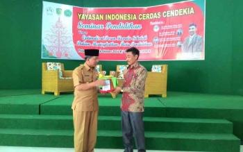 Penyerahan cinderamata dari pimpinan Yayasan Indonesia Cerdas Cendikia kepada Wali Kota Palangka Raya yang memberikan Keynote Speak di Seminar Pendidikan, Selasa (18/10/2016). BORNEONEWS/TESTI PRISCILLA
