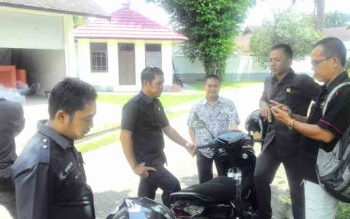 Sejumlah anggota DPRD Kapuas dengan wartawan, Selasa (18/10/2016). Mereka menolak seragam untuk acara FEstival Seni Qasidah V Kalteng dengan alasan penghematan. BORNEONEWS/DJEMMY NAPOLEON