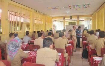100 pejabat struktural eselon III ikuti uji kompetensi, yang dilaksanakan oleh BKD Barito Utara, di Aula SMAN 1 Muara Teweh, Selasa (18/10/2016). BORNEONEWS/PPOST/AGUS SIDIK
