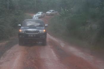 Iring-iringan kendaraan menuju pedalaman Kabupaten Kotawaringin Timur. Bupati Kotim, Supian Hadi, Rabu (19/10/2016), minta pemerintah desa gunakan anggaran secara efektif. BORNEONEWS/RAFIUDIN