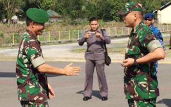 Dandim 1014/Pbn Letkol Inf Wisnu Kurniawan menyambut Danrem 102/Panju Panjung Kol Arm M. Naudi Nurdika di Bandara Iskandar Pangkalan Bun, Selasa (18/10/2016). BORNEONEWS/KOKO SULISTYO