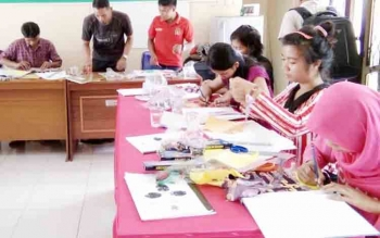 Sejumlah muda-mudi yang juga merupakan para pencari kerja di Lamandau, saat diberikan pelatihan menjahit oleh Dinsosnakertrans. Sementara itu, Dewan Pengupahan Daerah Kabupaten Lamandau usulkan UMK tahun 2017 naik 8,04 persen.