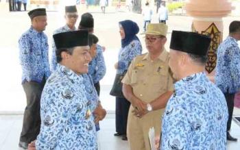Bupati saat berbincang dengan sejumlah pejabat SKPD di lingkup Pemkab Pulang Pisau. BORNEONEWS/JAMES DONNY