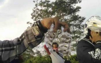 Hasil penelusuran rekan media, dengan mudah mendapatkan dua keping zenith di Kecamatan Kahayan Kuala, Senin (17/10/2016). Pihak kecamatan minta bantuan Polres Pulang Pisau bertindak tegas. BORNEONEWS/JAMES DONNY