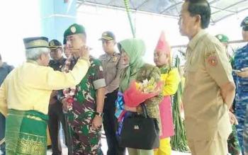 Kedatangan Danrem 102 Panju Panjung, Kolonel Arm Naudi Murdika disambut ritual Tampung Tawar. Bandara Iskandar Pangkalan Bun, Selasa (18/10/2016),