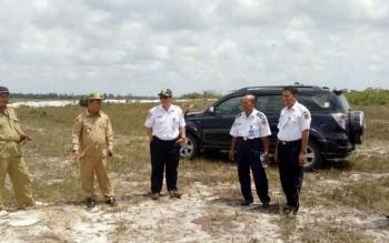Dishubkominfo Kobar bersama Camat Kumai dan Kades Sabuai saat memasang patok batas lokasi rencana pembangunan bandara baru di Desa Sabuai, Kecamatan Kumai. BORNEONEWS/FAHRUDIN F