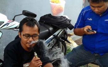 Ilustrasi: warga sedang merokok